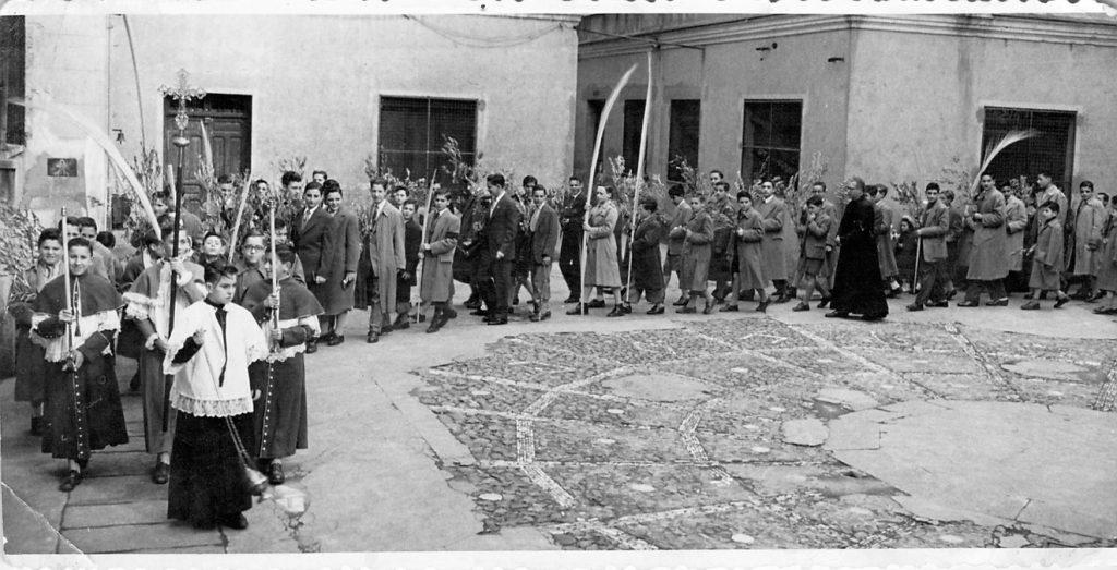 Procesión Domingo de Ramos en el patio del Colegio. Años 50. Al fondo: Edificio de Párvulos / Ingreso Grado Medio Elemental